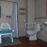 Habitación con baño adaptado a personas con discapacidades